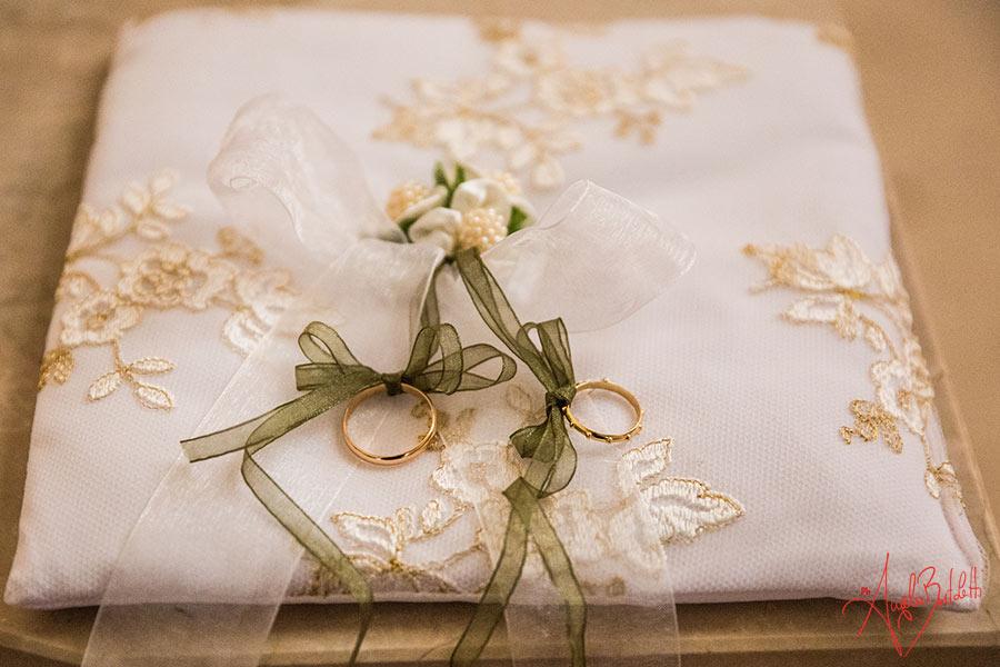cuscino nuziale con fedi foto di angela bartoletti