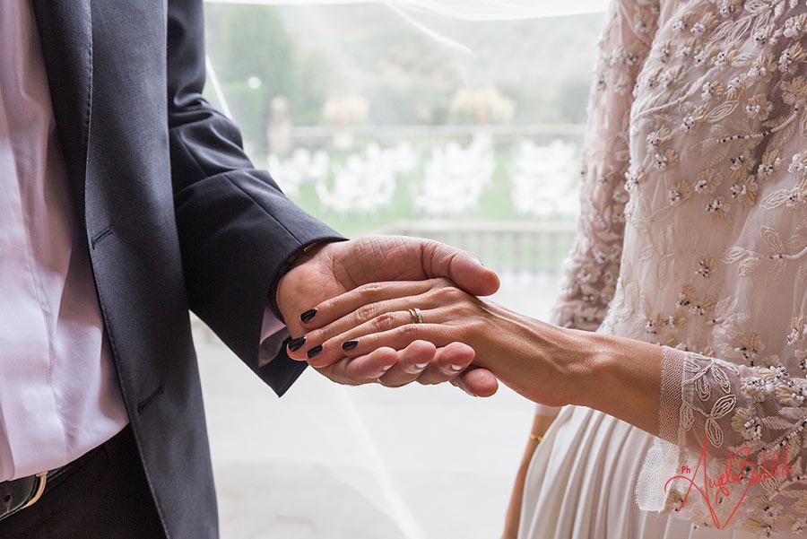 sposi che si stringono la mano foto di angela bartoletti