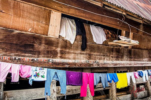 abiti colorati stesi ad asciugare foto di angela bartoletti
