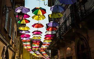 strada decorata con ombrelli colorati foto di angela bartoletti