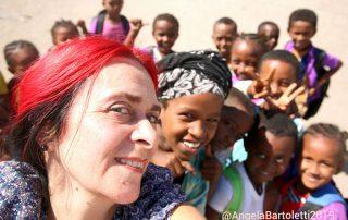 angela bartoletti con gruppo di bambini in africa