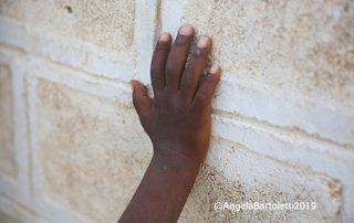 mano di bambino su un muro in africa foto di angela bartoletti