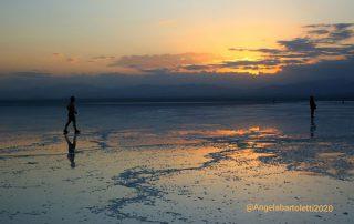 lago di sale in africa al tramonto foto di angela bartoletti