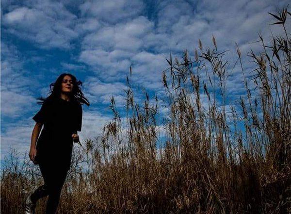 angela bartoletti cammina in campo di grano