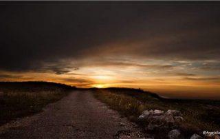 tramonto su strada foto di angela bartoletti