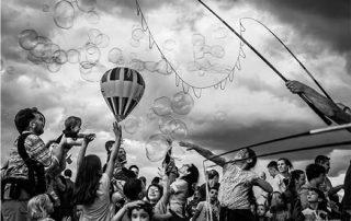 folla di persone con bolle di sapone foto di angela bartoletti
