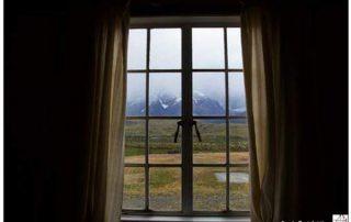finestra chiusa con vista su campi foto di angela bartoletti