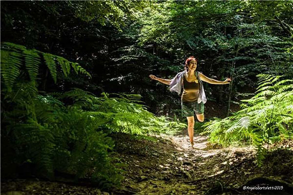 angela bartoletti che corre nel bosco