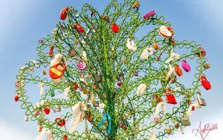 scultura albero con lucchetti foto di angela bartoletti